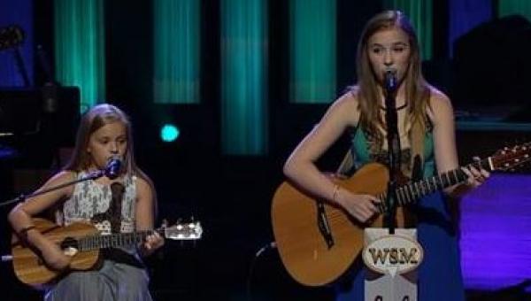 Kiedy te siostry zaczęły śpiewać hit Johnnego Casha w mekce muzyki country...