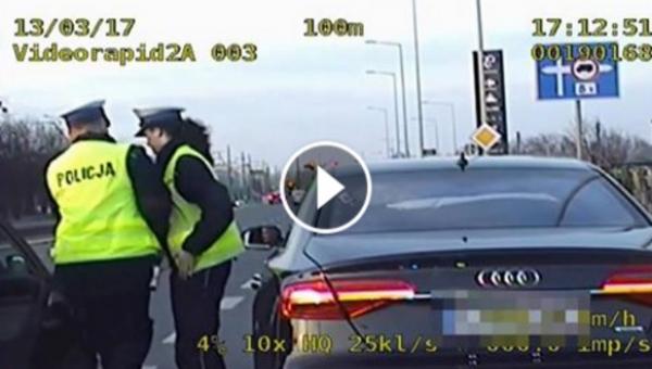 Do policjantów kontrolujących samochód podjechał zrozpaczony mężczyzna....
