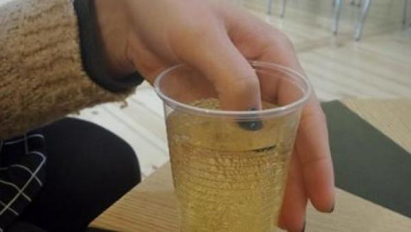 Kobieta macza umalowane paznokcie w swoim drinku. Kiedy kolor lakieru się...