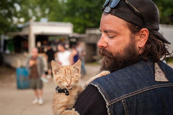32-letni motocyklista to Pat Doody. Mężczyzna zobaczył kotka na stacji...