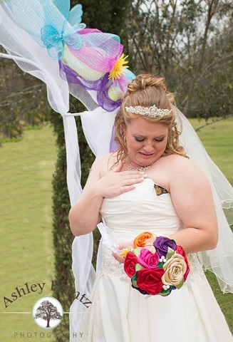 Chociaż dzień ślubu był spełnieniem marzeń Amandy, nie opuszczał jej smutek....