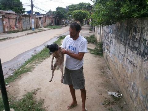 Zawsze, gdy tylko pozwala mu na to czas, Wilson krąży po ulicach szukając...