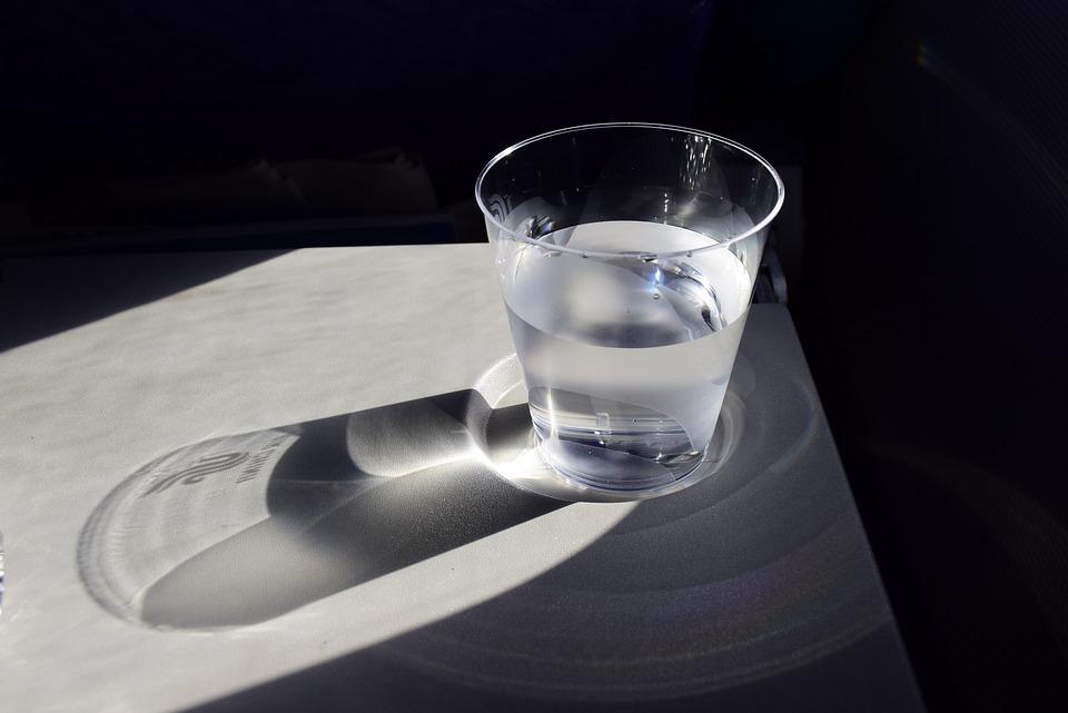 Po pierwsze, należy pić dużo wody! Błędnie uważa się, że opicie się wodą...