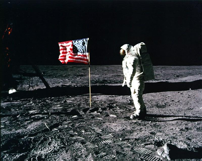 Sporo kontrowersji budzi ułożenie flagi i to, że na każdym zdjęciu jest...