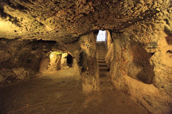 Po zburzeniu ściany mieszkaniec Derinkuyu w prowincji Nevsehir w   Kapadocji,...