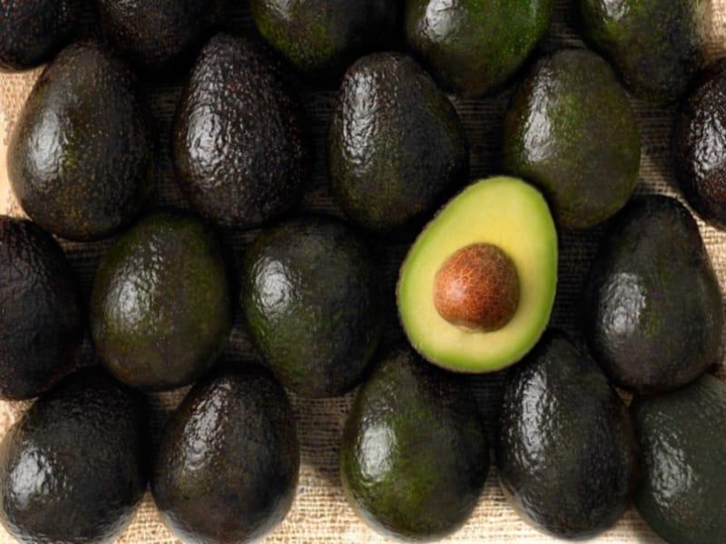 Awokado przyspiesza metabolizm, opóźnia proces starzenia się skóry, redukuje...