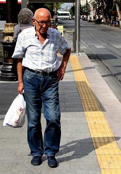 Gdy starszy pan wybrał się jak zwykle na swój codzienny spacer obojętnie...