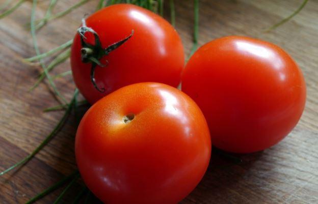 <b>Pomidor</b><br><br> Maseczka z plasterków pomidorów szybko odpręża...