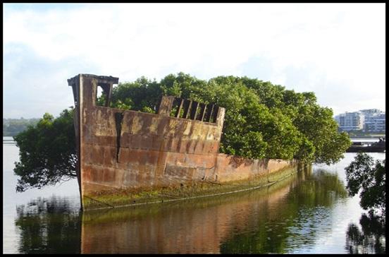 1. Opuszczony statek w Sydney, Australia.