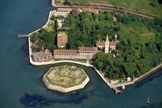 17. Zamknięty szpital na wyspie Poveglia, Włochy.