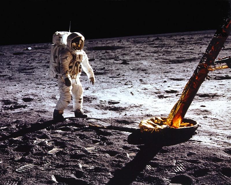 Zarzuty padają też pod adresem astronautów. Chodzi o kilka rzeczy. Skaczą za...