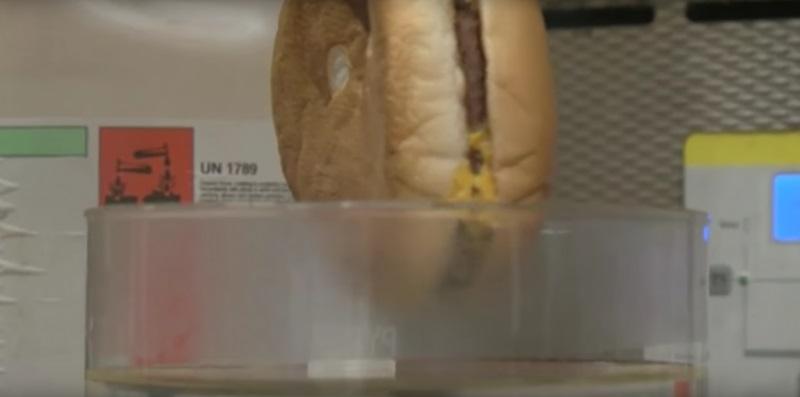 Zanurzyli połowę cheesburgera na trzy i pół godziny w roztworze kwasu...