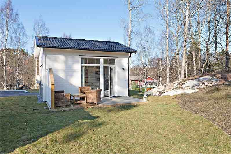 Dom ma wspaniałą lokalizację - w Sztokholmie, a jednak blisko natury. Ponadto...