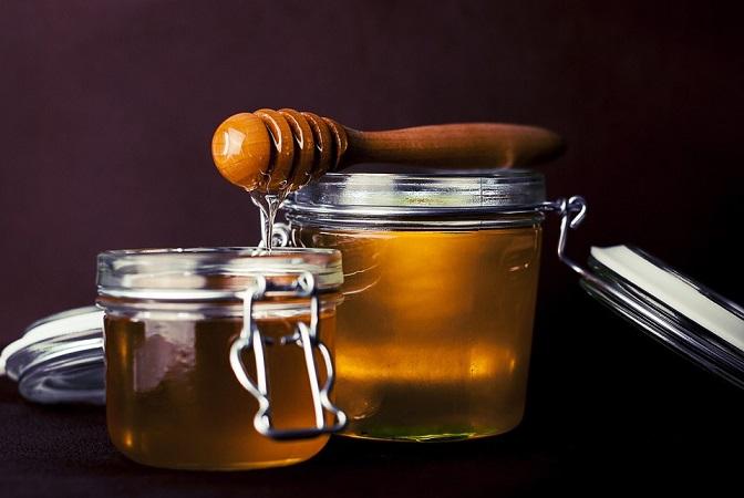 Należy wymieszać miód i mąkę, dodać olej kokosowy oraz imbir i całość...