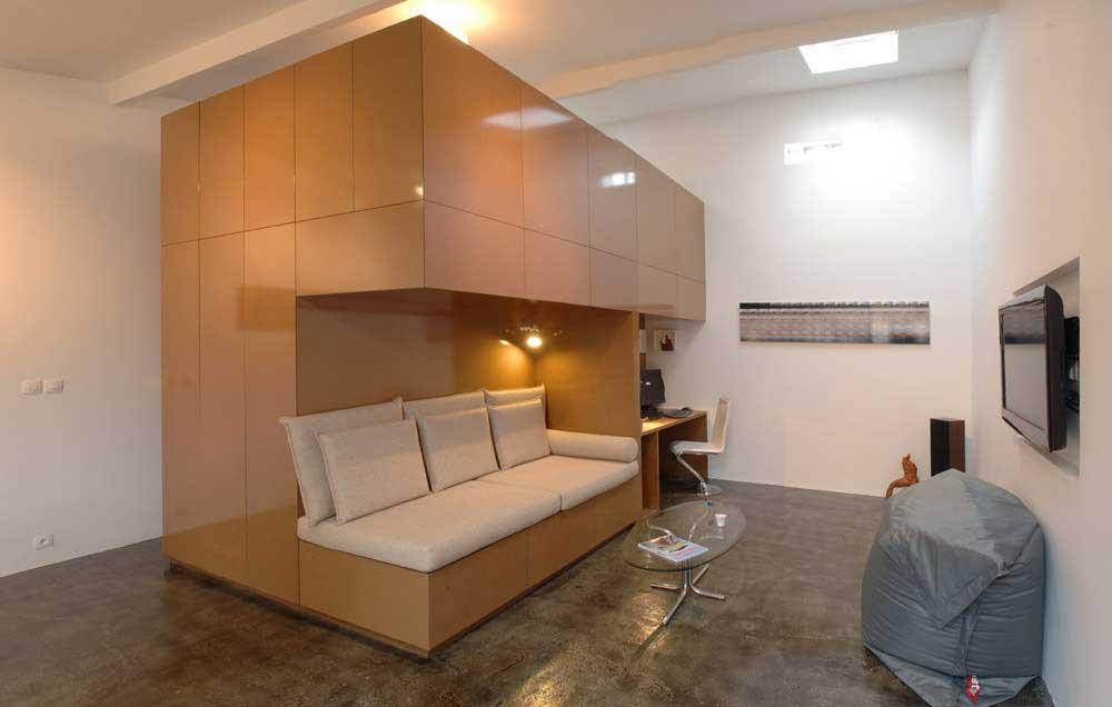 Aby dobrze zagospodarować małą przestrzeń, Marien zaprojektował <i>dom w...
