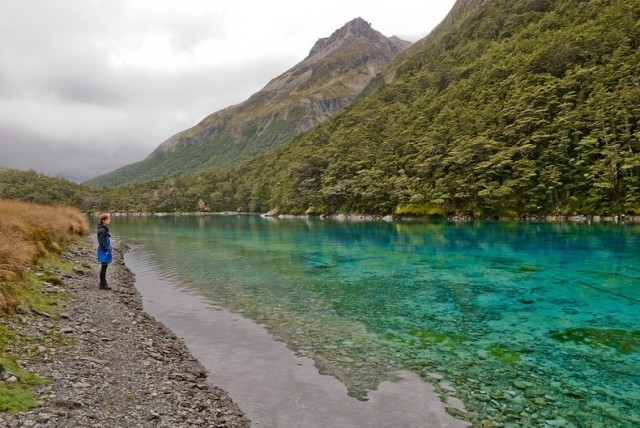 Aby zachować piękno i czystość jeziora prawo zabrania kąpieli. Co najwyżej...
