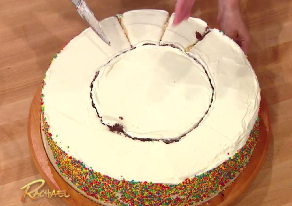 Następnie kroimy okrąg w równe kawałki, a środek tortu można już łatwo...