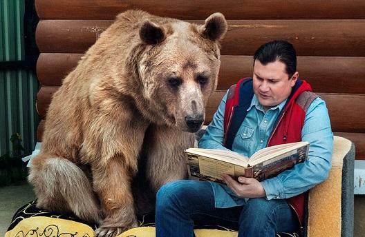 Co ciekawe, lubi, jak mu się czyta. I jest wielkim fanem piłki nożnej :)