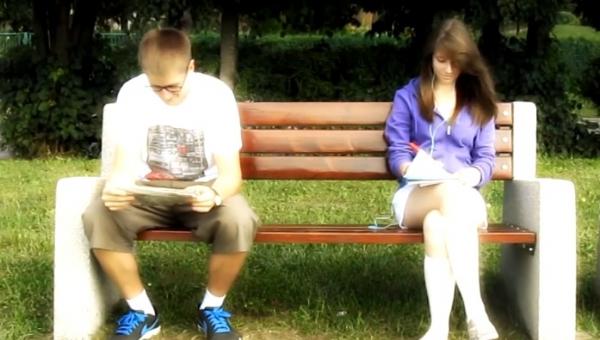 Chłopak przysiadł się do dziewczyny w parku. To co stało się potem jest...