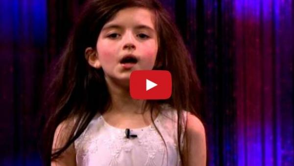 Ta dziewczynka ma 7 lat i wielki talent. Zobacz jej wykonianie piosenki...