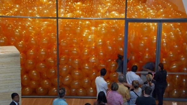 Poproszono ich by weszli do pokoju wypełnionego balonami, nie myśleli że...