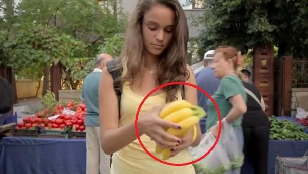 Dziewczyna kupiła banany, ale to co zrobiła ze skórką przeszło moje...