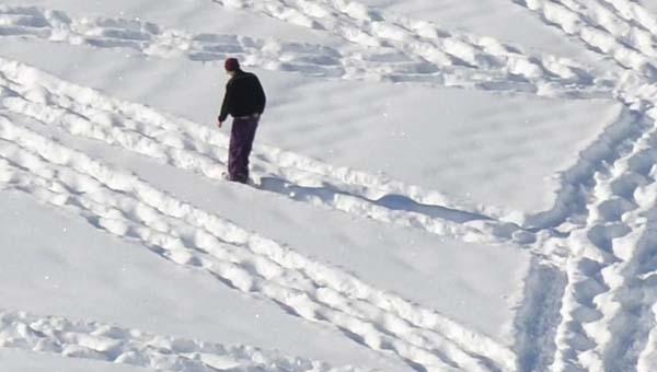 Facet chodzi po śniegu w kółko. Usiądziesz z wrażenia widząc efekt
