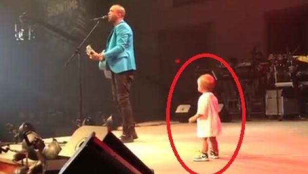 Maluch wszedł na scenę by przytulić się do tatusia, jednak to co zrobił potem...