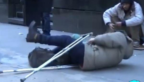 Przebrał się za bezdomnego i udawał że upada na ziemię. Nie zgadniesz kto...