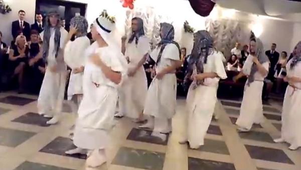 Zaczęli tańczyć przebrani za Arabów, jednak nikt nie spodziewał się w co...