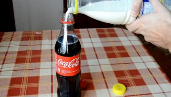 Wlał mleko do Coca-Coli. Możesz się zdziwić widząc rezultat
