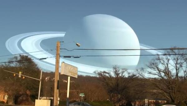 Saturn znajduje się tam gdzie Księżyc, widok jest niesamowity