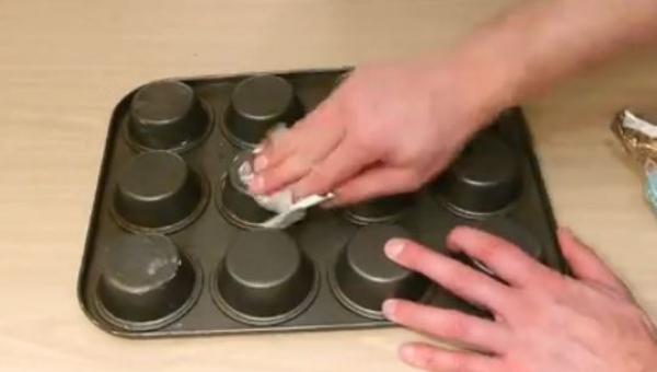 Wysmarował spód foremki masłem, gdy zobaczyłam dlaczego: muszę to zrobić sama!