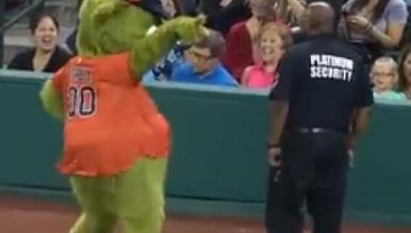 Orbit, maskotka drużyny z Houston, bardzo chciał być zabawny, jednak...