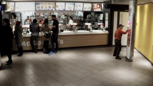 Do pracownicy McDonalda podeszło 6 facetów, gdy ona się odwróciła stało się...