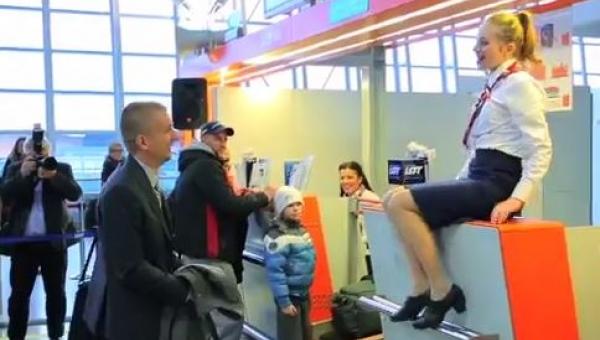 Dla tego pasażera odprawa na lotnisku zmieniła się we wspaniałą niespodziankę!