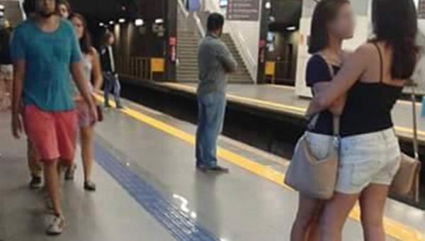 Oto hit internetu. To zdjęcie dwóch obejmujących się dziewczyn robi furorę,...