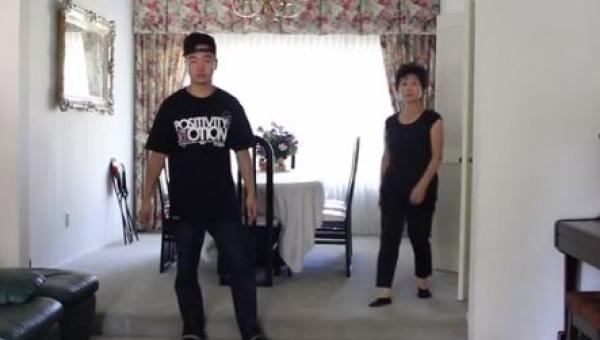 Mama postanowiła pokazać synowi jak należy tańczyć. Gdy poleciała muzyka moja...