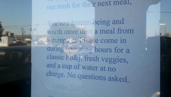 Właścicielka restauracji wywiesiła list do osoby która grzebała w śmieciach....