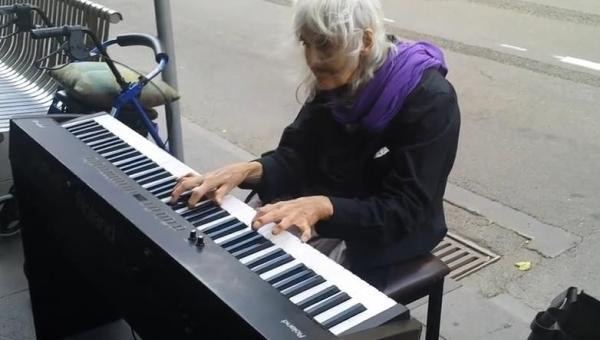 Bezdomna staruszka zobaczyła na ulicy pianino i postanowiła zagrać. Jej...