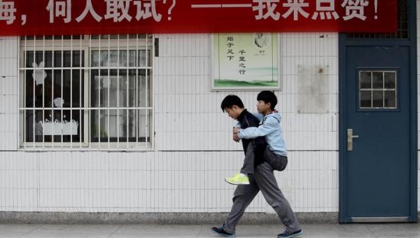 Ten chłopak codziennie od trzech lat nosi swojego kolegę do szkoły na plecach.