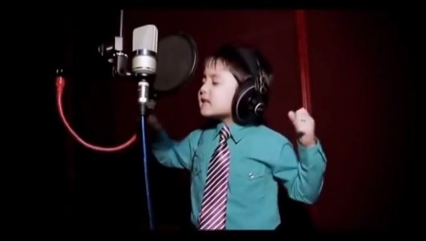 Czterolatek śpiewający największy przebój Whitney Houston? Musicie to zobaczyć!