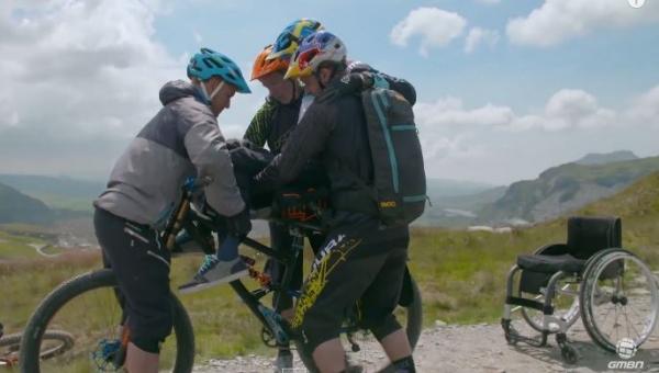 Pomogli sparaliżowanemu koledze usiąść na rowerze. To, co stało się potem,...