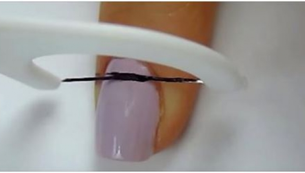Aby pomalować paznokcie, wybrała się do łazienki po... nić dentystyczną....