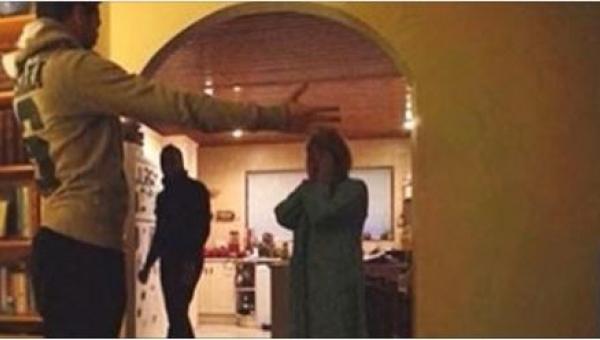 Kiedy zajrzała do salonu, nie spodziewała się, że zastanie tam TAKĄ...