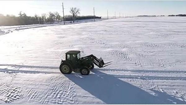 Na polu został samotny rolnik... Gdy kamera przybliży się, zobaczycie coś...