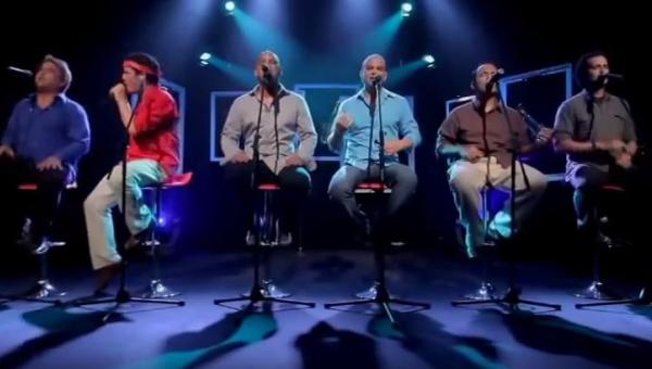 Sześciu facetów zaśpiewało znany przebój, gdy ten w czerwonej koszuli wstał...