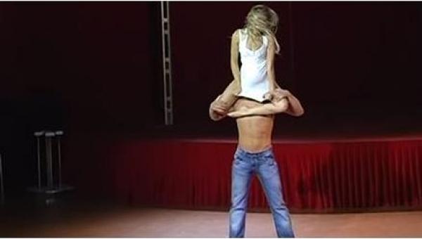 Zasłoniła mu twarz koszulką, a potem... Nie uwierzycie w to, co potrafi...