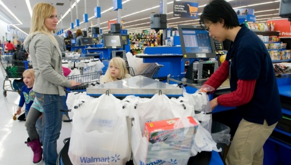 To jak manager sklepu potraktował ubogą kobietę sprawiło że kasjer miał łzy w...