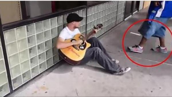 To, co zrobił nieznajomy, zaskoczyło nawet tego muzyka! Wow!